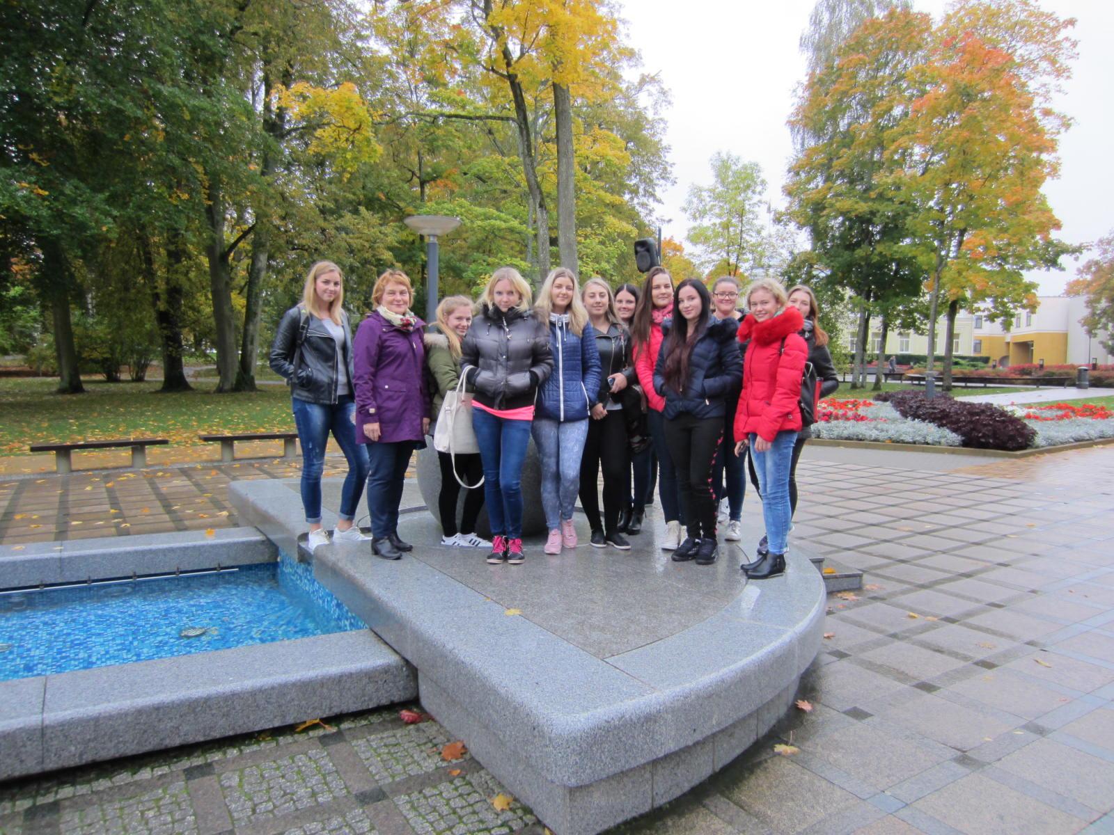 Kaja Rahu koos Leedu hotelliteeninduse ja toitlustusteeninduse eriala õpilastega