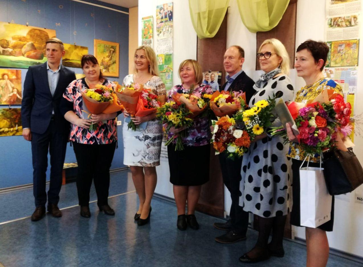 Pildil on kõik nominendid lilled käes