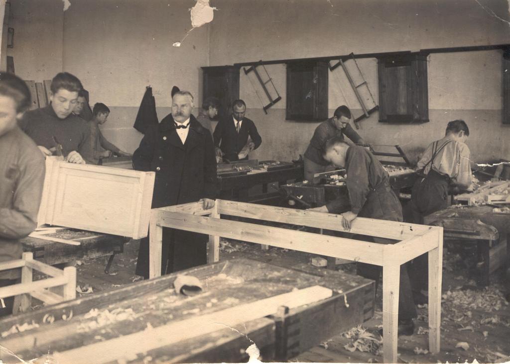 Fotol keskel koolijuhataja Hendrik Hendrikson ja meister-instruktor Paul Härsing (Härmaste)  (mustvalge foto)