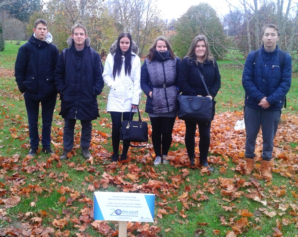 VKHK õpilasesinduse liikmed kooli aias