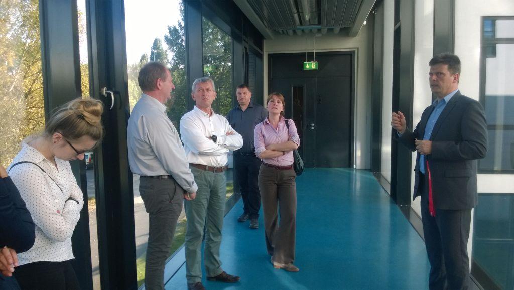 Professor dr. Joachim von Kiedrowski tutvustab seminaril osalejatele koolituskeskuse laboratooriume