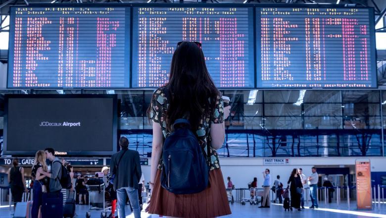 Tüdruk lennujaamas