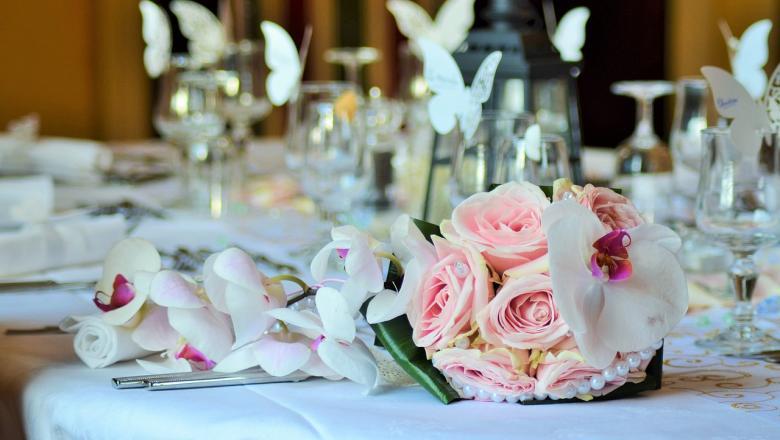 Lillebukett kaetud laual