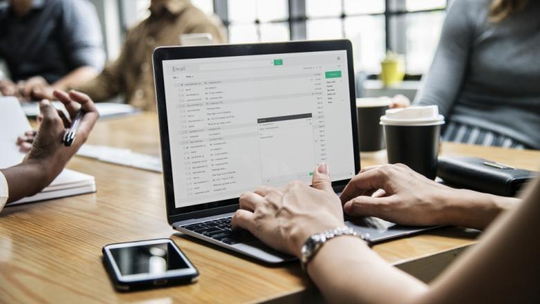 Ärikohtingul loeb naine sülearvutist e-posti
