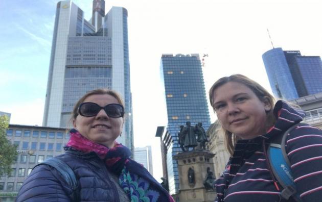 selfi linnas (taustal kõrghooned)