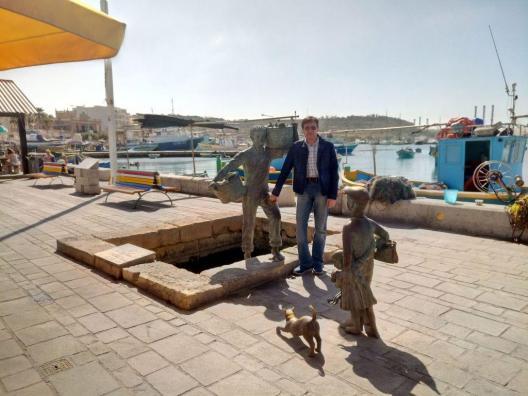 Loo autor sadamas poisi kuju kõrval