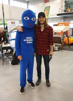 Kooli maskot Vektor koos laulja Daniel Levi Viinalassiga