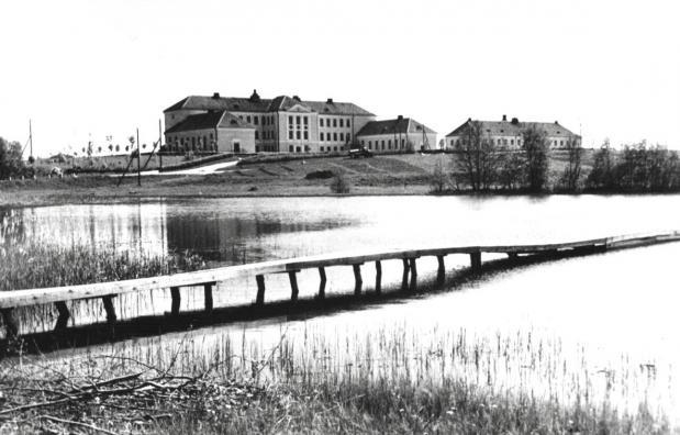 Ajalooline vaade Võrumaa Kutsehariduskeskuse peahoonele üle Väimela järve